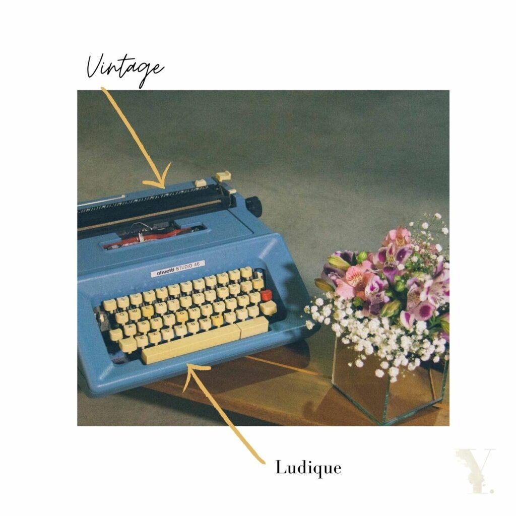 Un espace scénarisé avec une machine à écrire pour votre livre d'or : un basique du mariage