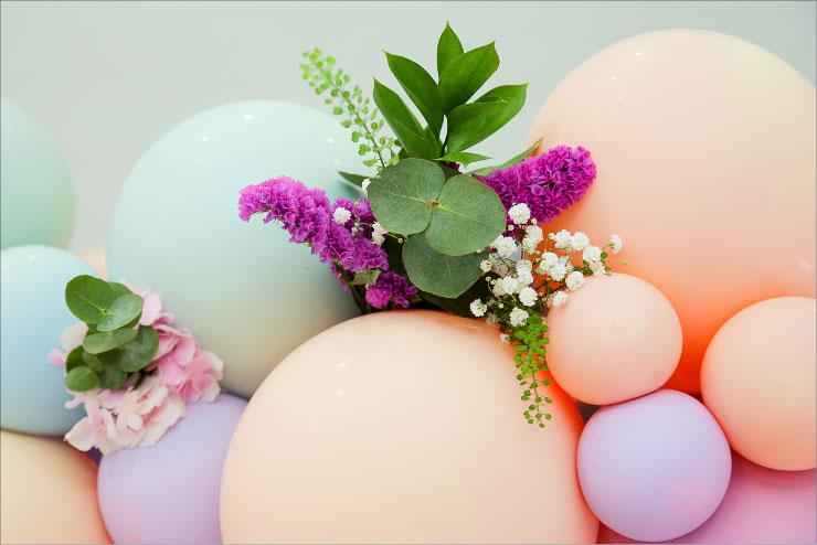 détail arche ballon fleurs event design