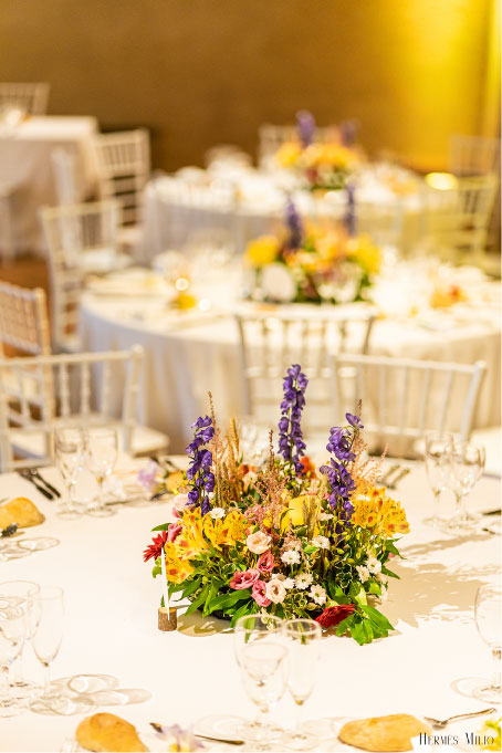 scénographie table mariage colore fleuri