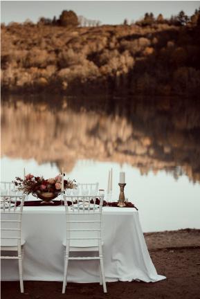 tablée de mariage au bord de l'eau