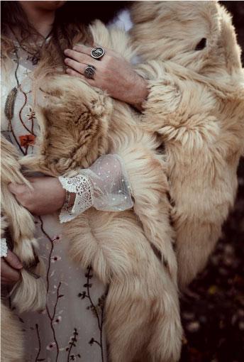 tenue mariage thème viking fourrure